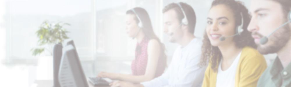 Kundenservice-Mitarbeiter in einem Call-Center tragen Headsets