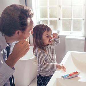 Kinder bei Zahnpflege zur Bekämpfung von Mundfäule