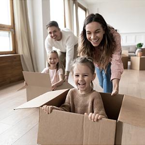 Glückliche Familie dank Mietkautionsversicherung